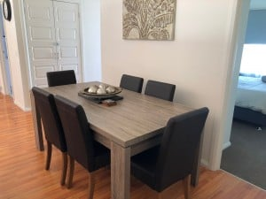 L'barza louge room with table and chairs