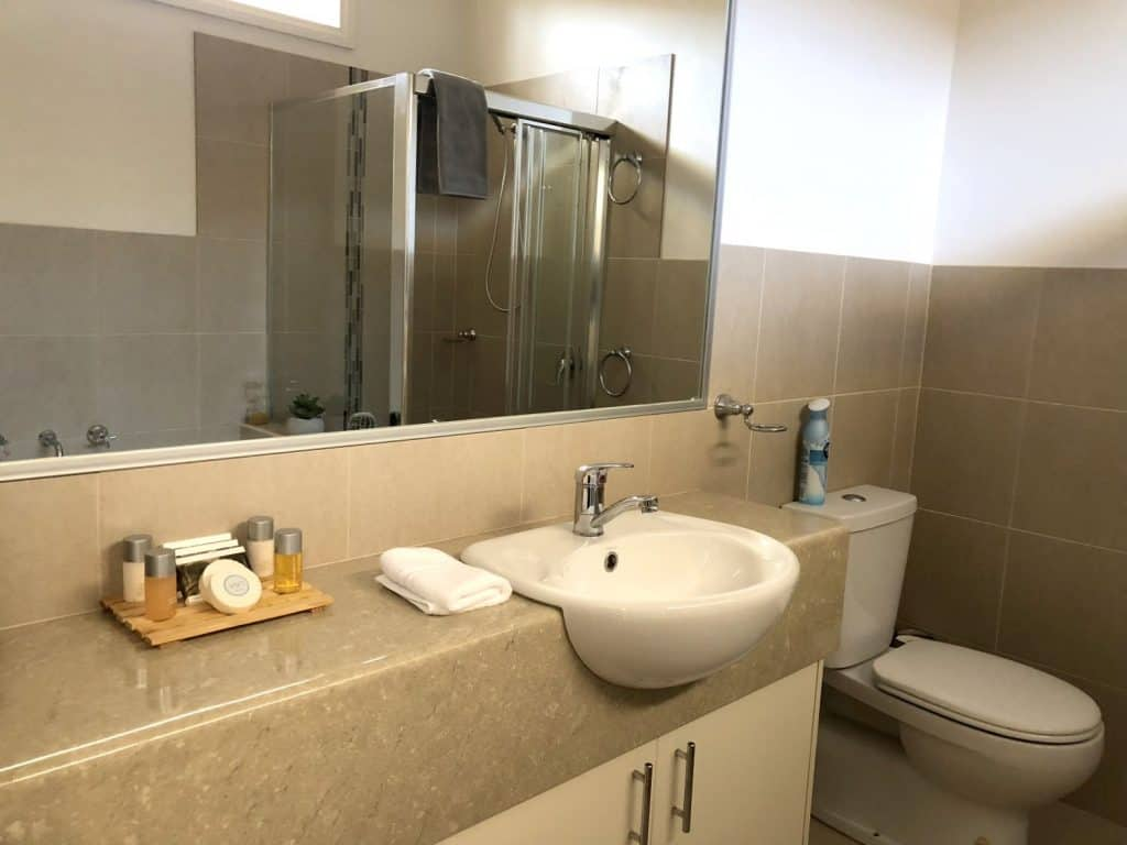 marble bathroom accommodation in shepparton